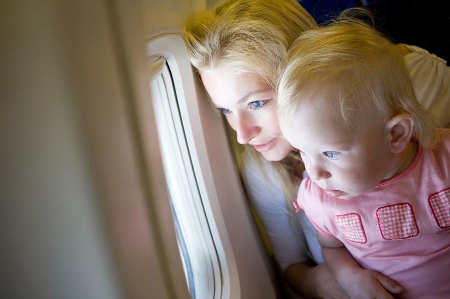 Moeder en kind in vliegtuig kl