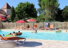 Le Vignal in de Lot-et-Garonne, Frankrijk zwembad Domaine Le Vignal 30pluskids
