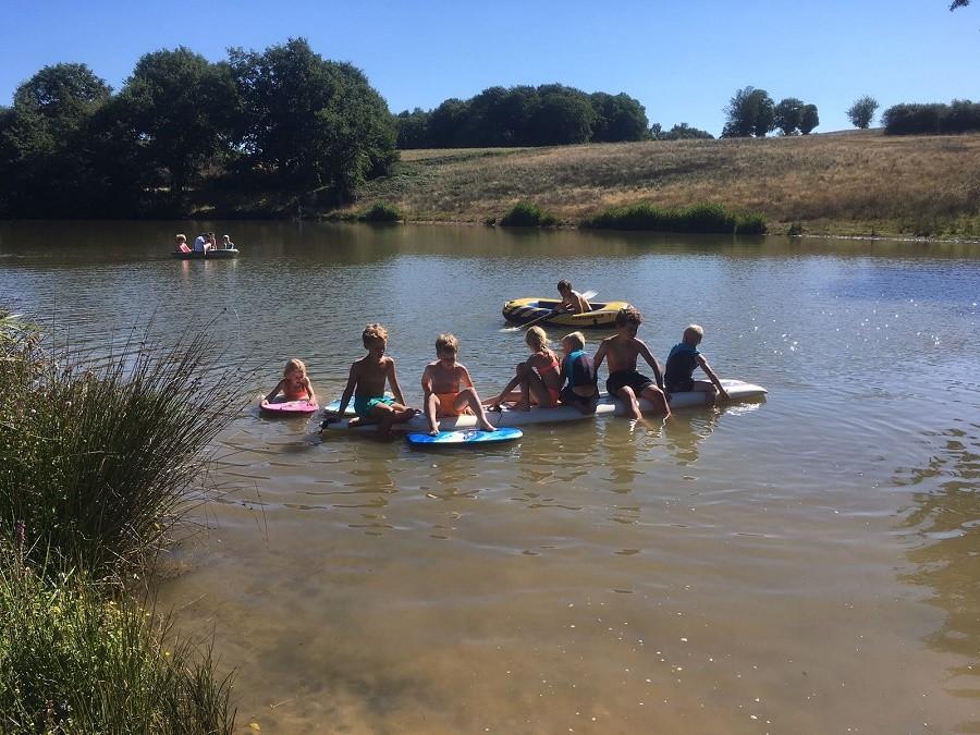 Bonneblond in Saint-Desire, Frankrijk kinderen in het meer