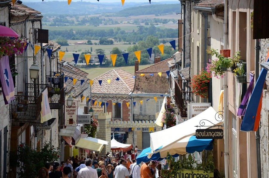 Loft o Village in de Lot et Garonne, Frankrijk Monflanquin middeleeuws feest LO.F.T Ô VILLAGE 30pluskids image gallery