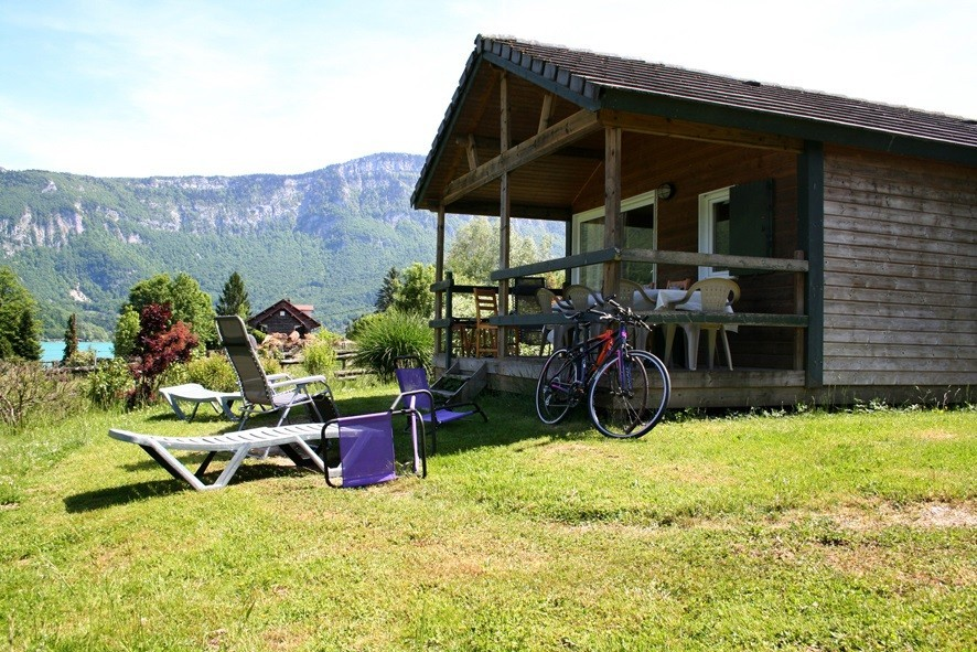 Camping Le Sougey - Lac d'Ayguebelette Rhone Alpes, Frankrijk chalet aan meer Huttopia Lac d'Aiguebelette 30pluskids image gallery