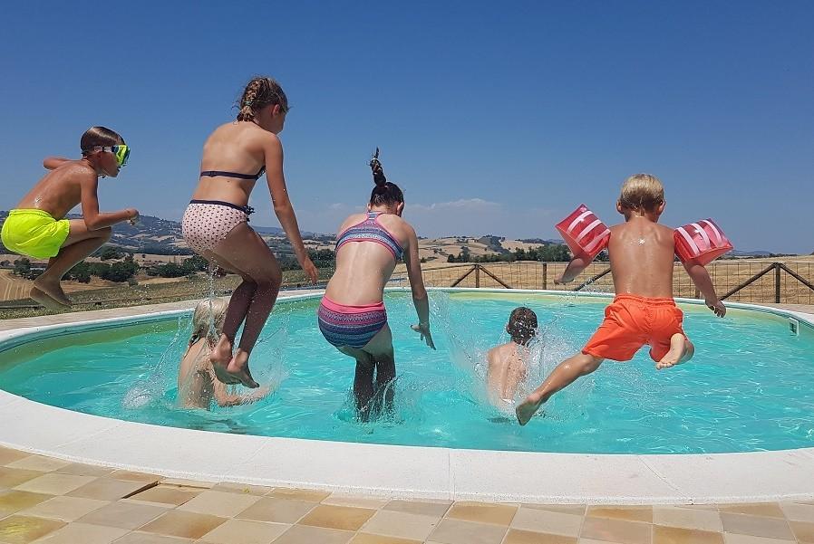 Rustico del Bozzo in Le Marche, Italie plonsen in het zwembad