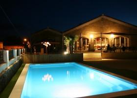 Domaine des Agnelles in de Aude, Frankrijk 's avonds bij het zwembad 2 Domaine des Agnelles 30pluskids