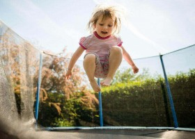Coucou in Jumilhac-le-Grand in Frankrijk meisje op trampoline CouCou - Vakantiehuis Dordogne 30pluskids