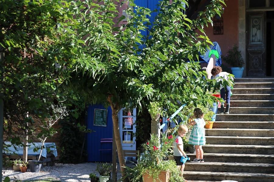 Les Escaliers de La Combe in de Lot, Frankrijk kids op trap Les Escaliers de La Combe  30pluskids image gallery