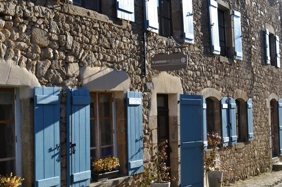 La Paresse en Douce in de Auvergne, Frankrijk Facade La Paresse en Douce 30pluskids image gallery