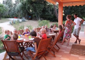 Countryhouse Montesoffio in Le Marche, Italie kinderen aan tafel Country house Montesoffio 30pluskids