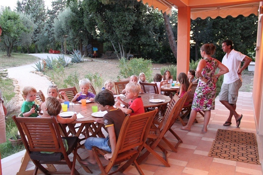 Countryhouse Montesoffio in Le Marche, Italie kinderen aan tafel Country house Montesoffio 30pluskids image gallery