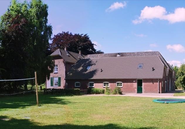 De Bongerd in de Achterhoek, Nederland grasveld met volleybalveld en trampoline De Bongerd 30pluskids image gallery
