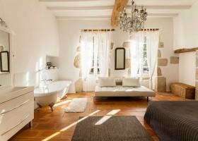 Maisons de Charme in Saint Martin de Gurson, Frankrijk slaapkamer met bad op pootjes Maison de Charme 30pluskids