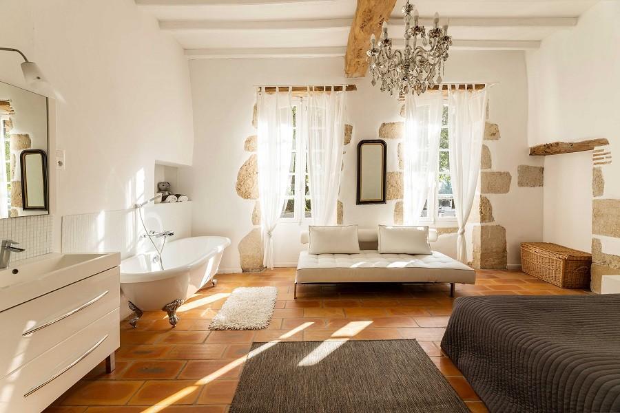 Maisons de Charme in Saint Martin de Gurson, Frankrijk slaapkamer met bad op pootjes Maison de Charme 30pluskids image gallery