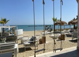 Villa Alwin Beach Resort in Cupra Marittima, Italie terras met schommels Villa Alwin Beach Resort 30pluskids
