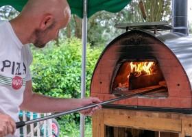 Partingoli in Toscane, Italie Martijn bij de Pizza oven Piazza Pinokkio 30pluskids