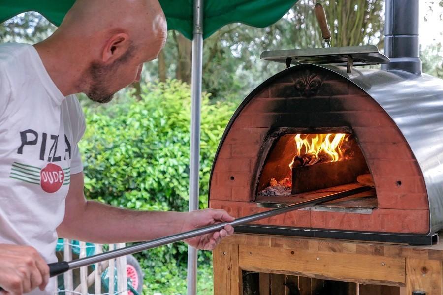 Partingoli in Toscane, Italie Martijn bij de Pizza oven Piazza Pinokkio 30pluskids image gallery