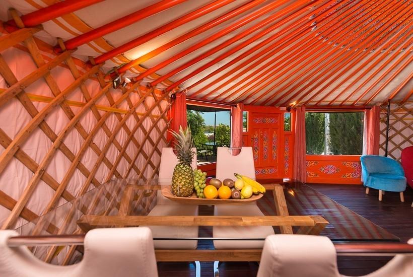 La Casita Vakantiehuizen La Granja di Antonio glamping in Andalusie, Spanje yurt eetkamer Glamping op La Granja de Antonio 30pluskids image gallery