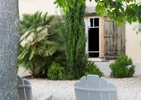 Domaine St Pierre witte stoelen buiten (3).jpg Domaine St. Pierre 30pluskids