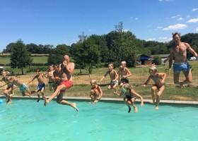 Moulin des Jarasses in de Creuse, Limousin, Frankrijk jump in het zwembad Moulin des Jarasses 30pluskids