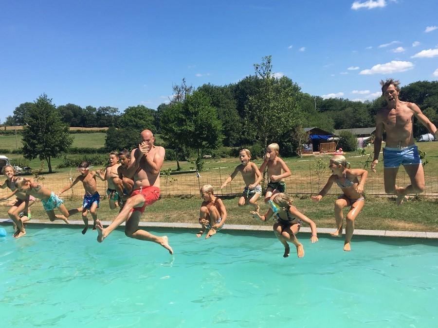 Moulin des Jarasses in de Creuse, Limousin, Frankrijk jump in het zwembad Moulin des Jarasses 30pluskids image gallery