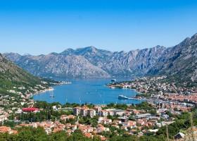 Travelnauts rondreis montenegro-kotor-baai-panorama-bergen-stad Rondreis Montenegro 30pluskids