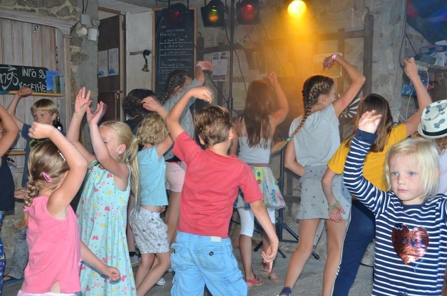 Les 3Etangs in de Auvergne, Frankrijk kinderen dansen Les 3Etangs 30pluskids image gallery