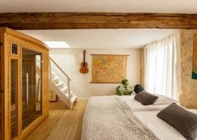 Maisons de Charme in Saint Martin de Gurson, Frankrijk slaapkamer met sauna Maison de Charme 30pluskids