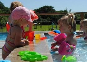 Moulin des Jarasses in de Limousin, Frankrijk kinderen in zwembad Moulin des Jarasses 30pluskids