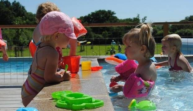 Moulin des Jarasses in de Limousin, Frankrijk kinderen in zwembad Moulin des Jarasses 30pluskids image gallery
