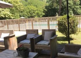 """Domaine Les Gazailles Huis aan de Lot in de Lot-et-Garonne, Frankrijk zitje bij zwembad Domaine """"La Gazailles"""" - HUIS aan de LOT 30pluskids"""