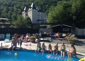 Chateau Serre Barbier in de Midi Pyrenees, Frankrijk zwembad en kasteel Chateau Serre Barbier 30pluskids