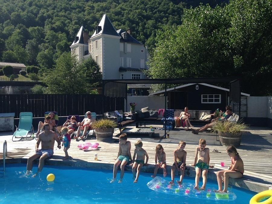 Chateau Serre Barbier in de Midi Pyrenees, Frankrijk zwembad en kasteel Chateau Serre Barbier 30pluskids image gallery