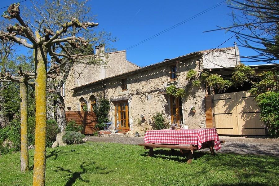 Domaine de la Bade in de Aude Zuid-Frankrijk picknicktafel
