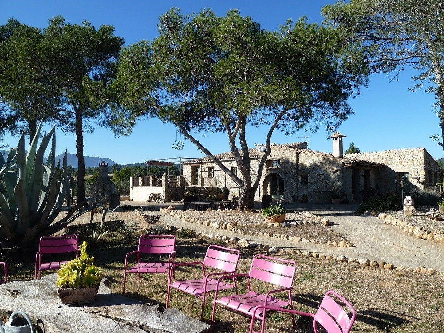 Can Lluis stoelen met masia op achtergrond 900.jpg Can Lluís 30pluskids image gallery