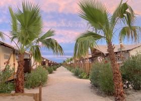 Villa Alwin Beach Resort in Cupra Marittima, Italie straatje met safaritenten roze lucht Villa Alwin Beach Resort 30pluskids