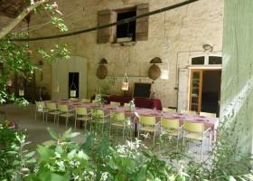 """Huis aan de Lot gedekte tafel - overkapping.jpg Domaine """"La Gazailles"""" - HUIS aan de LOT 30pluskids"""