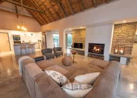 Homes of Africa in Hoedspruit, Zuid-Afrika Villa Sebra woonkamer en keuken Homes of Africa vakantiehuizen 30pluskids