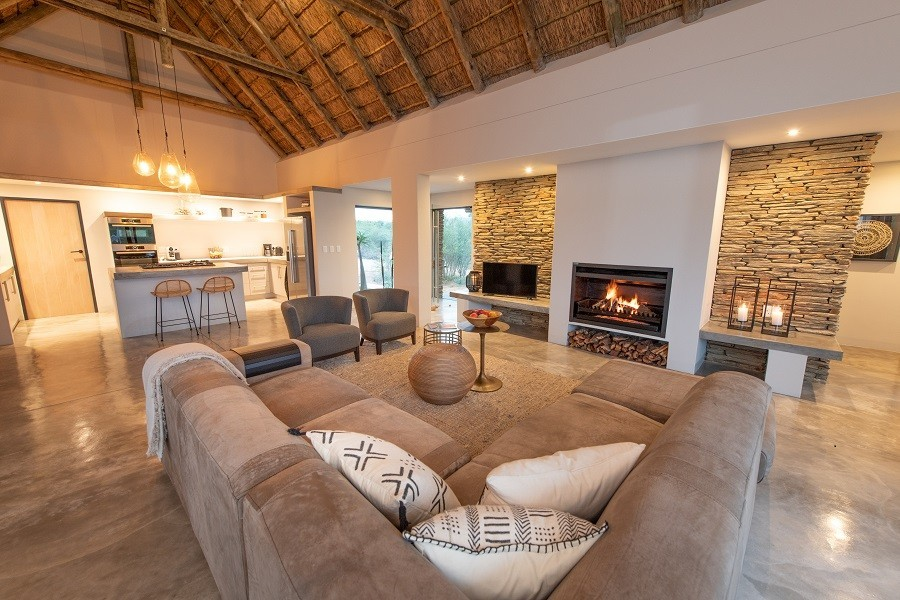 Homes of Africa in Hoedspruit, Zuid-Afrika Villa Sebra woonkamer en keuken Homes of Africa vakantiehuizen 30pluskids image gallery