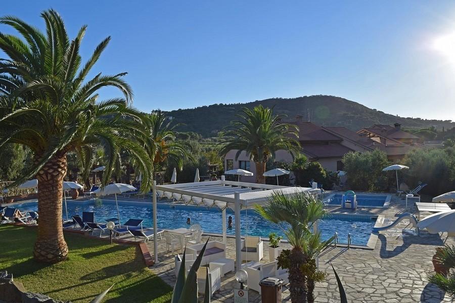Tritt Case in Toscana Residence Elba op Elba zwembad