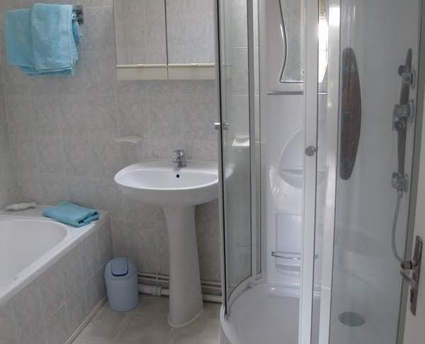 Les Chardonnerets La Lavande bathroom.jpg Les Chardonnerets 30pluskids image gallery