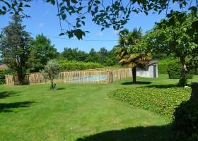 La Legerie in de Haute Vienne vlakbij de Dordogne, Frankrijk zwembad in tuin La Lègerie 30pluskids