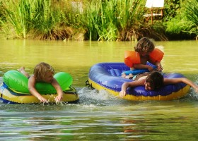 Kimaro Farmhouse in de Bourgogne, Frankrijk kinderen spelen in water Kimaro Farmhouse 30pluskids