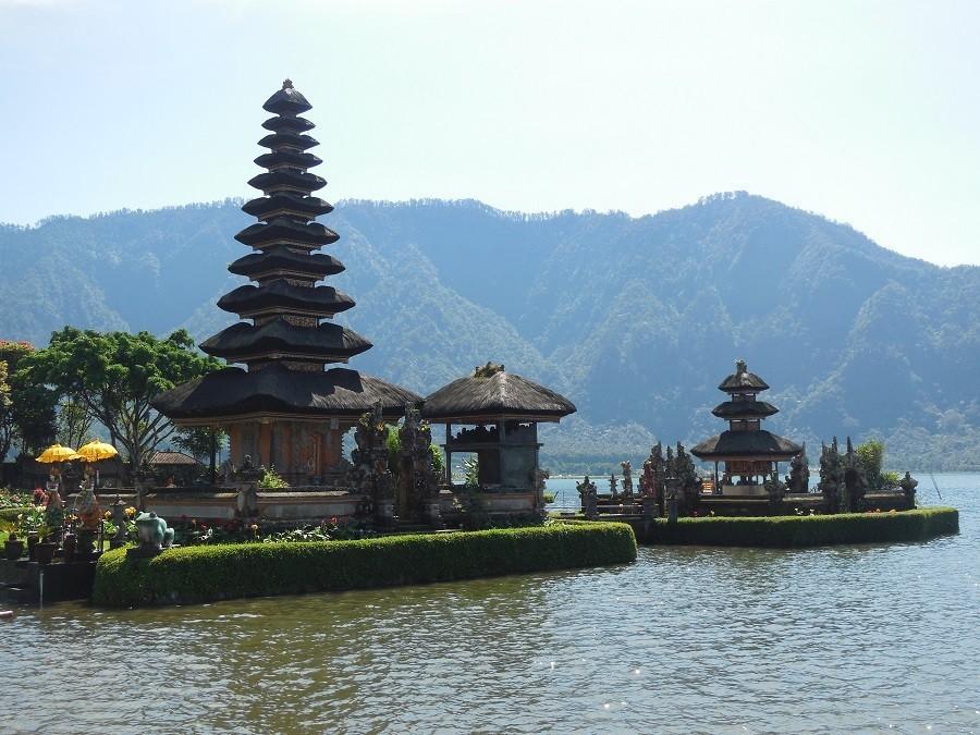 Riksja Family rondreis Bali   Munduk tempelmeer Riksja Family Indonesie 30pluskids image gallery