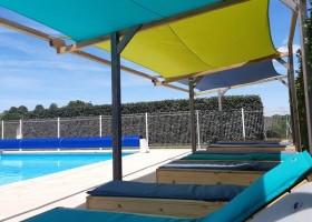 Place de la Famille in de Dordogne, Frankrijk zwembad ligbedden Glamping Place de la Famille 30pluskids
