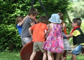 Chateau Bellegarde les Fleurs in de Haute Vienne, Limousin, Nouvelle Aquitaine, Frankrijk spelende kinderen Chateau Bellegarde les Fleurs 30pluskids