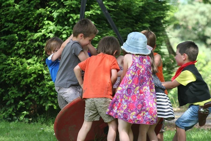 Chateau Bellegarde les Fleurs in de Haute Vienne, Limousin, Nouvelle Aquitaine, Frankrijk spelende kinderen Chateau Bellegarde les Fleurs 30pluskids image gallery