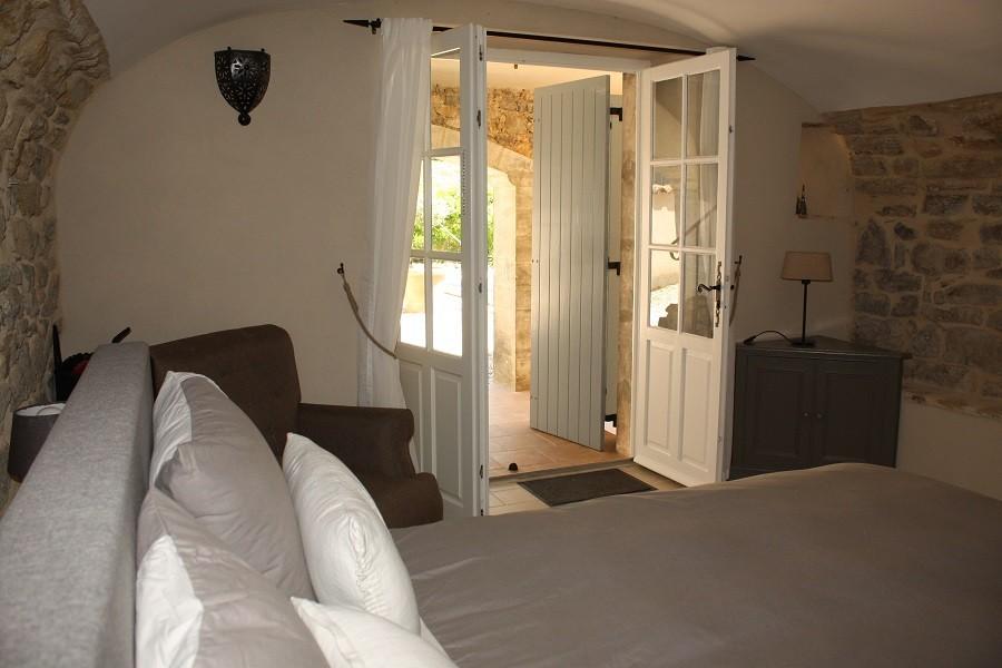 Gite Le Bel Endroit slaapkamer met openslaande deur Gîte Le Bel Endroit 30pluskids image gallery