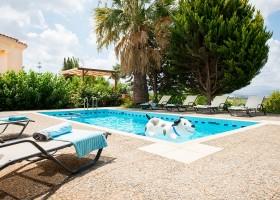 Villa Adonis zwembad met opblaashond 900.jpg Villa Adonis 30pluskids