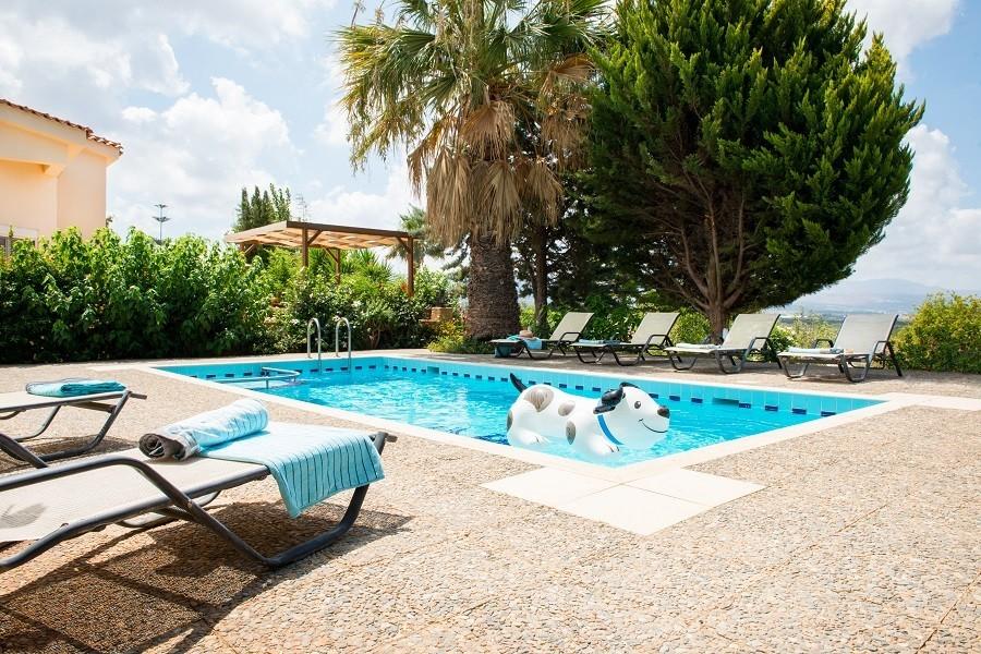 Villa Adonis zwembad met opblaashond 900.jpg Villa Adonis 30pluskids image gallery