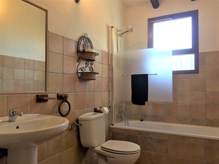 Casa Lobera in Andalusie, Spanje badkamer Casa Lobera  30pluskids image gallery