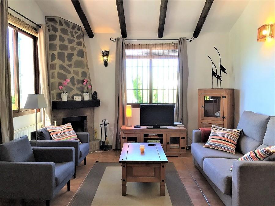 Casa Lobera in Andalusie, Spanje woonkamer met openhaard Casa Lobera  30pluskids image gallery