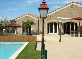 Domaine des Agnelles in de Aude, Frankrijk zwembad overdag Domaine des Agnelles 30pluskids